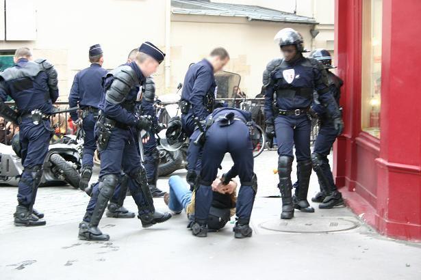 Faut-il laisser entrer la police dans les écoles ? Oui, à condition quils puissent tabasser les élèves qui ne connaissent pas leurs verbes irréguliers.