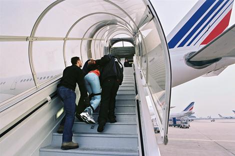 À l arrière de l avion, pourtant, un homme hurle. « Laisse-moi, je veux  descendre ! J ai pas volé, j ai pas tué, moi je suis pas esclave. fa66e6741fe3